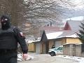 PRÁVE TERAZ Policajné manévre v Limbachu: VIDEO Kukláči v dome zavraždeného Ernesta Valka