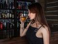 Ľuďom, ktorí vôbec nepijú alkohol, hrozí vážna choroba: Najlepšie je nalievať si tento mok