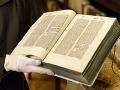 Komunistický poslanec navrhol zmenu v školstve: Do osnov chce zaradiť Bibliu