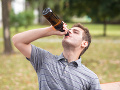 Preženiete to občas s alkoholom? Toto vám hrozí, ak dostanete opilecké okno!