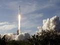Ďalší úspech pre SpaceX: Raketa Falcon Heavy vyniesla do vesmíru desiatky satelitov