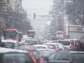 Dopravný chaos: Silná poľadovica spôsobila kolaps dopravy na Slovensku, meškania v Bratislave