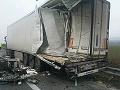 Dopravná nehoda dvoch kamiónov: Jeden zostal prevrátený mimo cesty