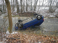 FOTO Hororová nehoda pri Ilave: Auto s trojčlennou posádkou vyletelo z cesty a skončilo v potoku