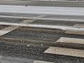 Západ Slovenska v znamení poľadovíc: Sneh opäť komplikuje dopravu, kolóny aj nehody