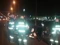 FOTO Hororová nehoda v Bratislave: Auto skončilo prevrátené na streche