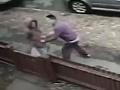 Slovák Patrik (22) sa v Anglicku neštítil ničoho: Odporné VIDEO Dievča kruto obral o mobil