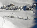 Lavína vo švajčiarskych Alpách pochovala lyžiarku: Partiu zasiahla kúsok za chatou