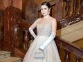 Naša redaktorka mala oblečené šaty od americkej módnej návrhárky Hayley Paige, ktoré jej na Česko-Slovenský ples požičal Svadobný salón WEM. O mejkap sa postarala Klinika Mishellbeauty.