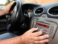 Auto po náraze do stromu začalo horieť: Šoféroval ho mladík (16) bez vodičského preukazu