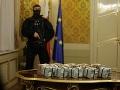 """Fico ešte ako premiér položil na stôl milión eur. Vyvolalo to vlnu nevôle s tým, že sa vrátila tzv. """"doba kešu""""."""