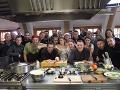 Štáb a účinkujúci, ktorí spoločne pracujú na seriáli Kuchyňa.