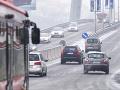 Vodiči, dávajte pozor! Varovanie pred poľadovicou, hmlou aj snehovými jazykmi