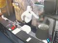 VIDEO Maskovaný lupič zaútočil na bezbrannú čašníčku: Z levickej herne ukradol smiešnu sumu
