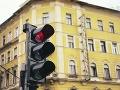 Policajti z Prievidza pátrajú po neznámom vodičovi: Poškodil semafor pre chodcov
