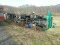 Vážna havária v Krupine: Pri nehode kamiónu vytieklo dvesto litrov nafty, jeden zranený