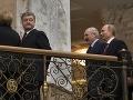 Ukrajinský prezident Petro Porošenko sa obzerá na ruského prezidenta Vladimira Putina.
