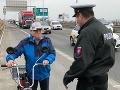 FOTO Dedko sa vybral na diaľnicu: Nasadol na babetu, ešteže prišli policajti