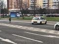 Policajti pomáhajú dôchodkyni