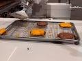 VIDEO Ľudia sa nahrnuli do fast foodu, chceli strašne vidieť tohto zamestnanca pri práci