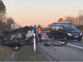 Drsná nehoda na českej diaľnici: Auto vyletelo z vozovky a odrazilo sa od bilbordu