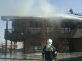VIDEO Hasiči zasahujú pri požiari v Šamoríne: Horí reštaurácia, vietor komplikuje situáciu