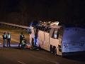 Hrozivá nehoda autobusu plného detí: Po zrážke so sanitkou sú desiatky zranených