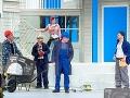Zľava Peter Čižmár, František Balog, Katarína Horňáková, Róbert Šudík a Juraj Zetyák v čiernej komédii Remeselníci v Štátnom divadle Košice