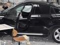 FOTO Vodič sa svojím BMW prebúral cez stenu firmy, kde zranil dve šičky, megaškoda v Ružomberku