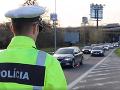VIDEO Zákerný vybrzďovač opäť zablokoval celý Most Apollo: Polícia vyzýva, využívajte aj ľavý pruh!