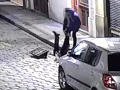 Strážnikom v Prahe skoro oči vypadli: Z kanála trčali nohy, VIDEO opitej dvojice vás dostane