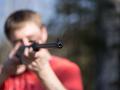 Šialenec na detskom ihrisku strieľal na troch chlapcov, dvaja sú zranení!