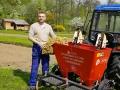 Premiér sa pochválil drinou na poli: VIDEO Slnenie, jazda traktorom a sadenie zemiakov aj susedom