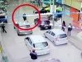 Muž sa venoval mobilu: VIDEO Jeho býk ušiel do nákupného centra, osem zranených