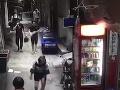 Muž kráča po chodníku, akoby sa nič nestalo: VIDEO Z toho, čo drží v ruke, behá mráz po chrbte