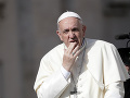 Na pápeža sa to valí z každej strany: Ľudia z jeho vlastných radov žiadajú, aby odstúpil