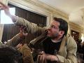 Pred desiatimi rokmi hodil do Busha topánky: Dnes novinár kandiduje do irackého parlamentu
