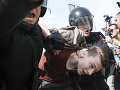 FOTO a VIDEO Tvrdý zásah polície proti odporcom Putina: Navaľného odniesli za ruky a nohy