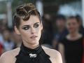 Kristen Stewart sa na červený koberec vyobliekala a do parády ju vzal aj kaderník a vizážista.