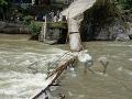FOTO Tragédia v Kašmíre: Drevený most sa zrútil aj s dvadsiatkou študentov, obetí pribúda