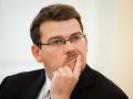 Rozpory v koalícii: Ondrejcsák po kritike SNS na poste pokračuje, zastal sa ho Sólymos