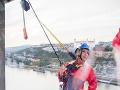 Lucia Barmošová nabrala odvahu a vyskúšala aj poriadne adrenalínové kreácie. Takto sa zaklonila vo výške 85 m.