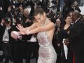 Bella Hadid na červenom koberci nemohla chýbať.