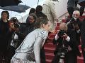 Kristen Stewart sa vyzula a po červenom koberci pobehovala bosá.