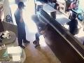 VIDEO Ženu nepustili v