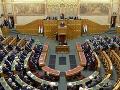 Maďarský poslanec parlamentu si sype popol na hlavu: Odchod po obvinení zo zneužívania
