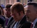 Na kráľovskej svadbe nechýba ani spevák Elton John s manželom.