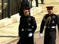 Princ Harry s bratom a zároveň aj svadobným svedkom Williamom prichádzajú do kaplnky. Obaja majú oblečené čierne vojenské uniformy.