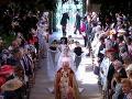 Budúca nevesta Meghan Markle prechádzala uličkou sama, až neskôr sa k nej pridal princ Charles, ktorý ju odprevadil k oltáru.
