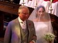 Nádherná nevesta Meghan Markle kráča pred oltár po boku Harryho otca - princa Charlesa.